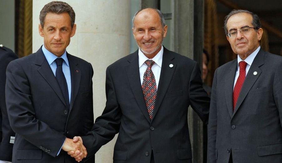 """Nicolas Sarkozy accueille Mustafa Abdel Jalil, président du Conseil national de transition, et Mahmoud Jibril (à droite), chef du CNT, lors de l'ouverture de la conférence des """"Amis de la Libye"""" à l'Élysée. Le conférence regroupe une cinquantaine de délégations du monde entier, venues discuter de la Libye de l'après Kadhafi et de l'avenir du pays."""