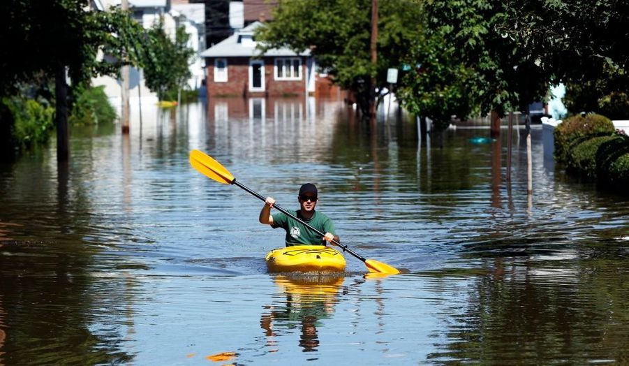 Un habitant de Totowa, dans le New Jersey, utilise un kayak pour traverser la ville, après le passage de l'ouragan Irene.