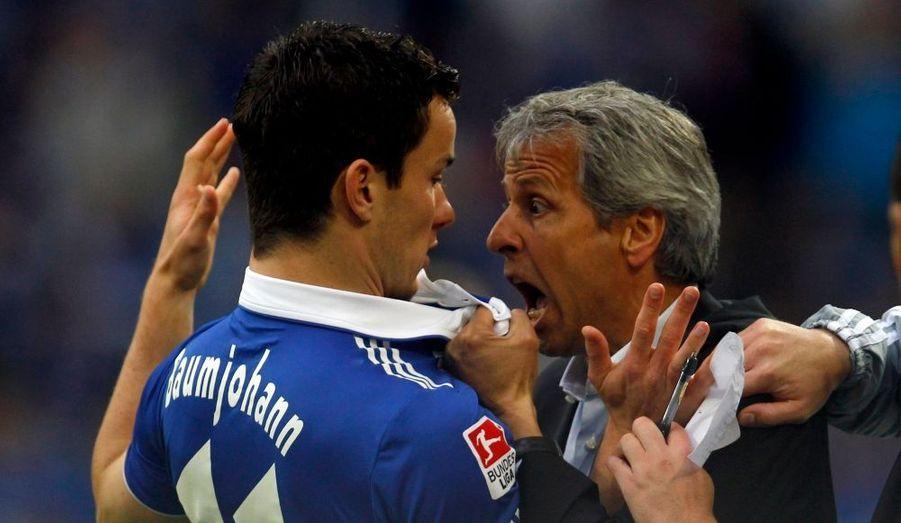 Lucien Favre, l'entraineur du club allemand de Moenchengladbach, s'en prend au joueur de Schalke 04 Alexander Baumjohann, lors de la 4e journée de Bundesliga.