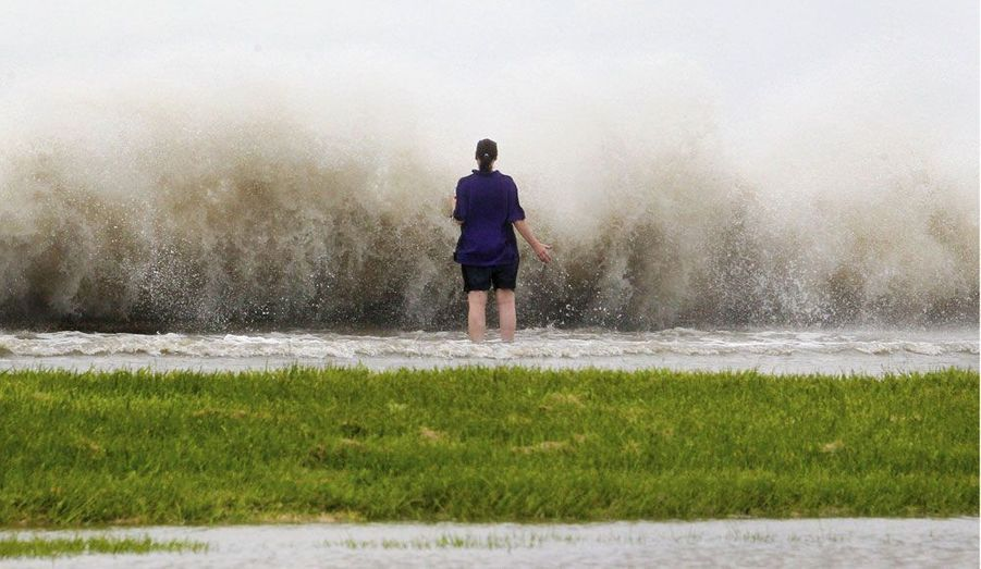 Une habitante de la Nouvelle-Orléans sur les rives du lac Pontchartrain, où sévissait mardi la tempête tropicale Isaac.