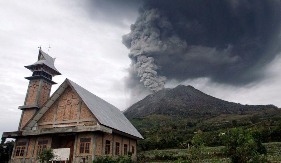 Le volcan indonésien du mont Sinabung, sur l'île de Sumatra, déverse toujours une pluie de cendres sur la région. Il est entré en éruption dimanche après plus de 400 ans de sommeil.