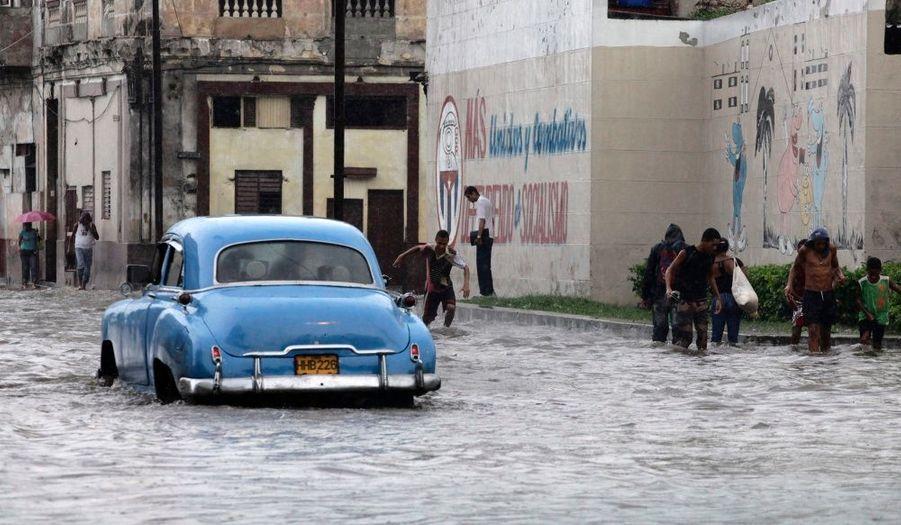 Une voiture circule dans les rues inondées de La Havane, à Cuba.