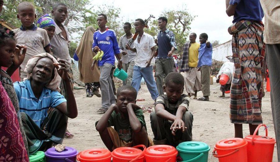 Des enfants attendent l'aide alimentaires à Seyidka, au sud de capitale de Mogadiscio, en Somalie.