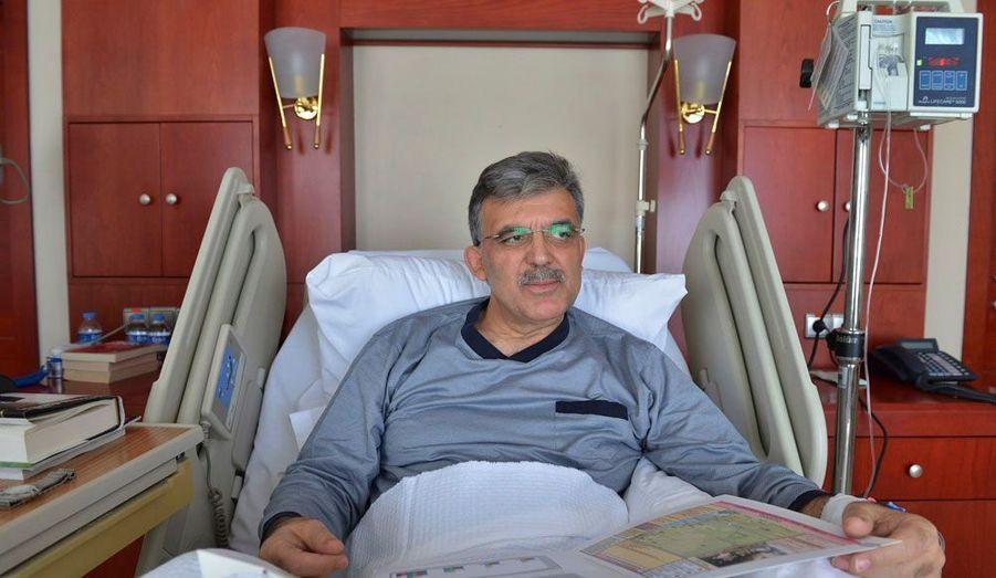 Le président turc Abdullah Gul a tenu à rassurer tout le monde sur son état de santé. Hospitalisé depuis une semaine dans une clinique d'Ankara pour une infection aux oreilles, il a fait savoir sur le réseau social Twitter qu'il se rétablissait bien et a publié une photo de lui sur son lit.