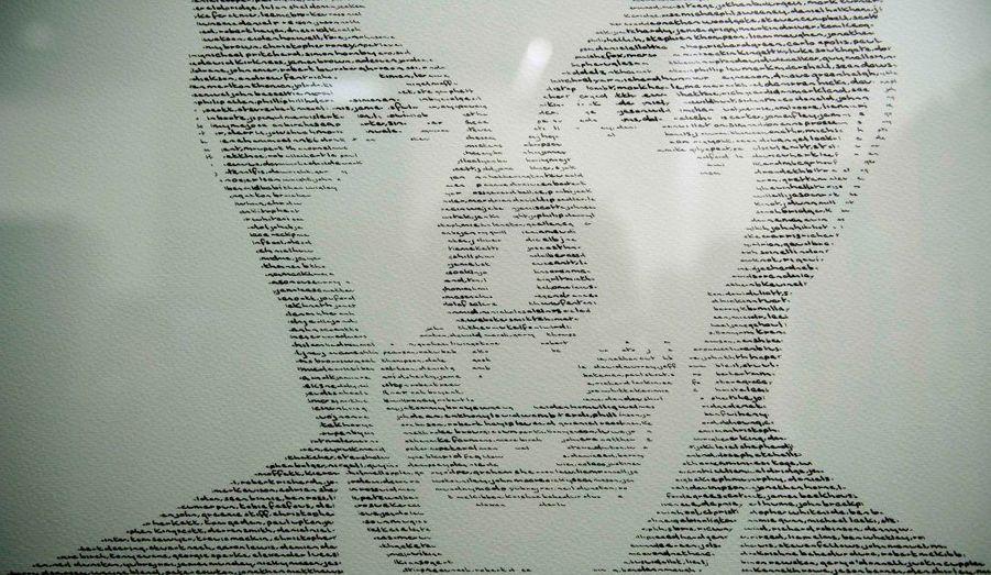 Il s'agit du visage de l'ancien Premier ministre anglais Tony Blair composé des noms des soldats anglais tués en Irak. Cette œuvre de l'artiste Annemarie Wright est exposée dans un centre culturel de Londres.