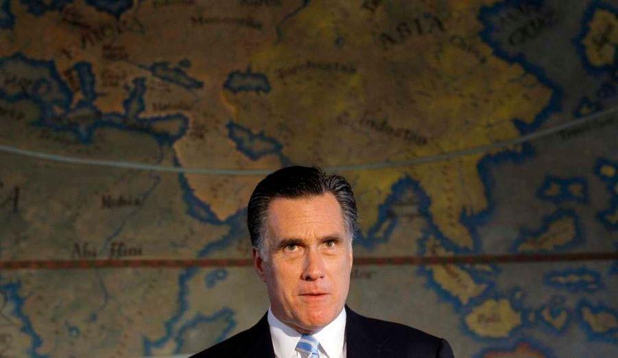 Le candidat à la primaire républicaine Mitt Romney pose devant une carte du monde lors d'une discussion sur l'avenir de Cuba, à Miami.