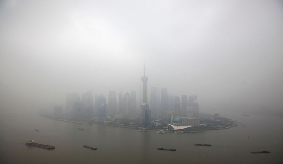Le quartier financier de Shanghai est noyé d'un épais brouillard dû à la pollution atmosphérique. De nombreux médias chinois se sont élevés contre les forts taux de pollution constatés dans les grandes villes.