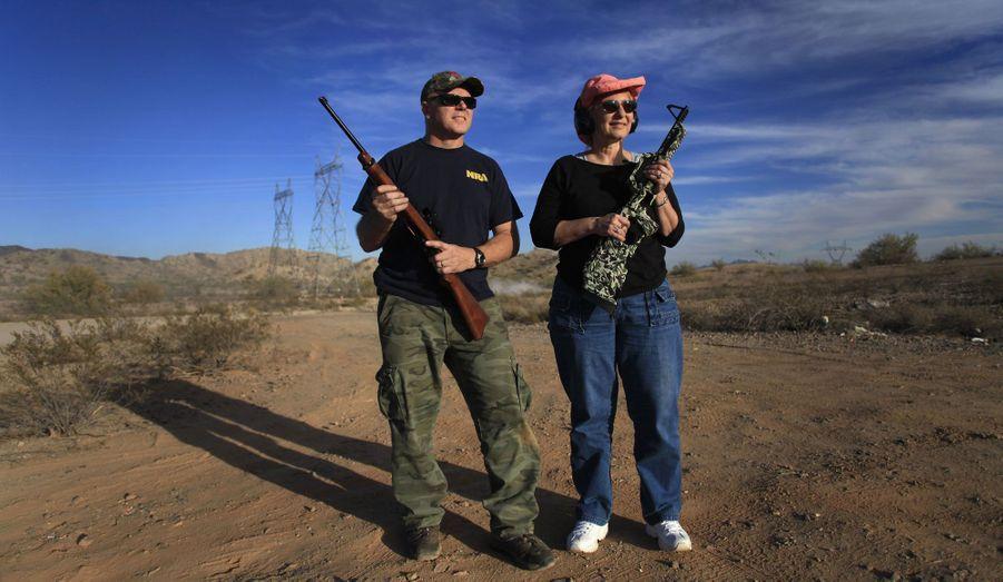 Martin, membre de la NRA (National Rifle Association) et ancien officier de la Navy, et sa femme Arlene posent fusils à la main en Arizona aux Etats-Unis. La NRA a depuis toujours pour but de promouvoir les armes à feu dans le pays.