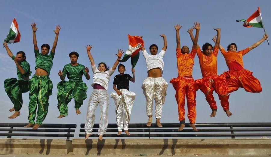 Un groupe d'écoliers arbore les couleurs du drapeau indien à l'occasion d'un défilé organisé pour le Jour de la République à Ahmedabad dans l'Ouest du pays.