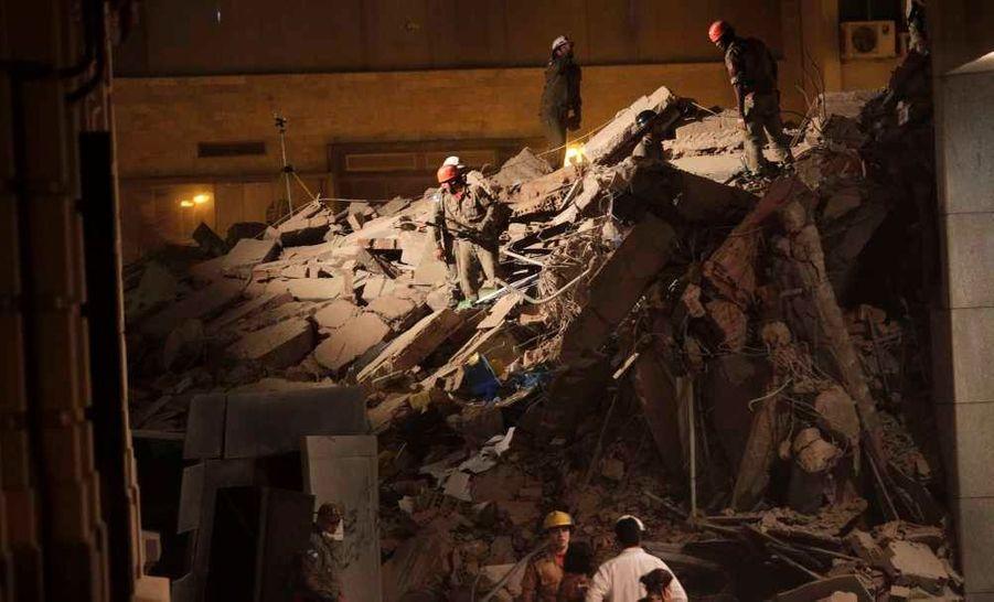 Onze personnes ont été tuées ou blessées dans l'effondrement partiel mercredi soir d'un immeuble de près de vingt étages dans le centre de Rio, a indiqué la chaine Globo news. L'immeuble de dix-huit étages s'est effondré après une violente explosion survenue à 20H40 (23H40 GMT) et ressentie dans tout ce quartier, très animé dans la journée mais déserté le soir. Il est situé près du Théatre municipal, sur la place Cinelandia, un quartier historique de Rio.