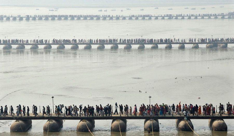 Des fidèles se pressent sur les pontons enjambant le Sangam, la confluence entre le Gange, la Yamuna et la Sarasvati. Pendant le mois de Magh, les hindous viennent prendre un bain dans ces eaux sacrées.