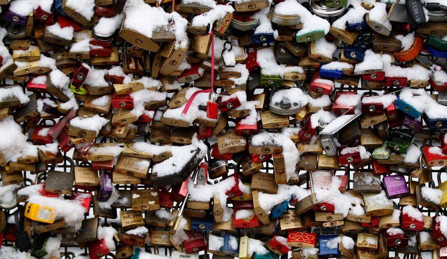 Pour symboliser l'amour, les habitants de Cologne, en Allemagne, ont réalisé un mur de verrous près de la gare centrale.