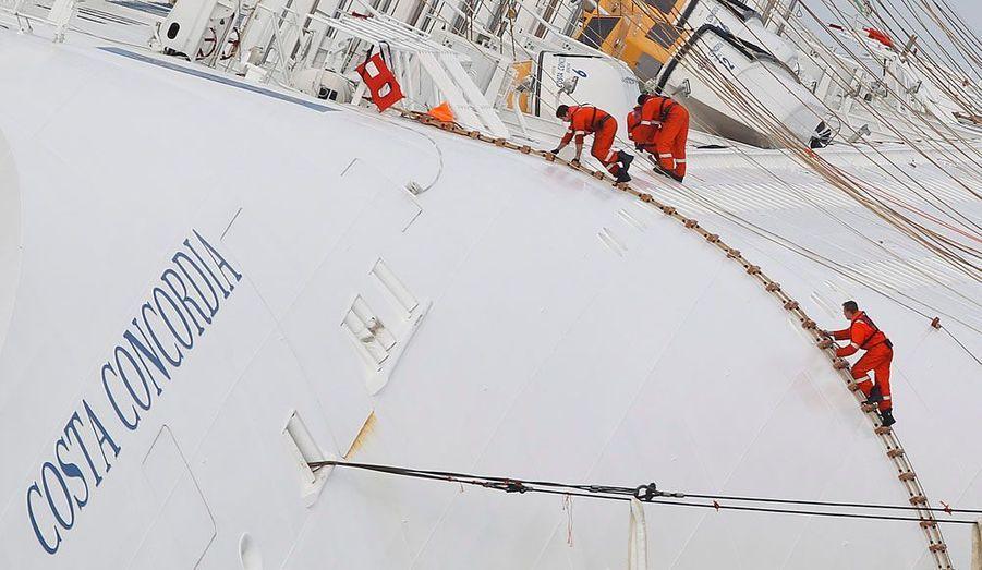 Au delà du drame humain, le naufrage du «Costa Concordia» au large de l'île de Giglio menace la Méditerranée d'une marée noire. Des équipes de récupération du carburant de l'immense paquebot ont ainsi été déployés autour de l'épave, afin de prévenir une pollution.