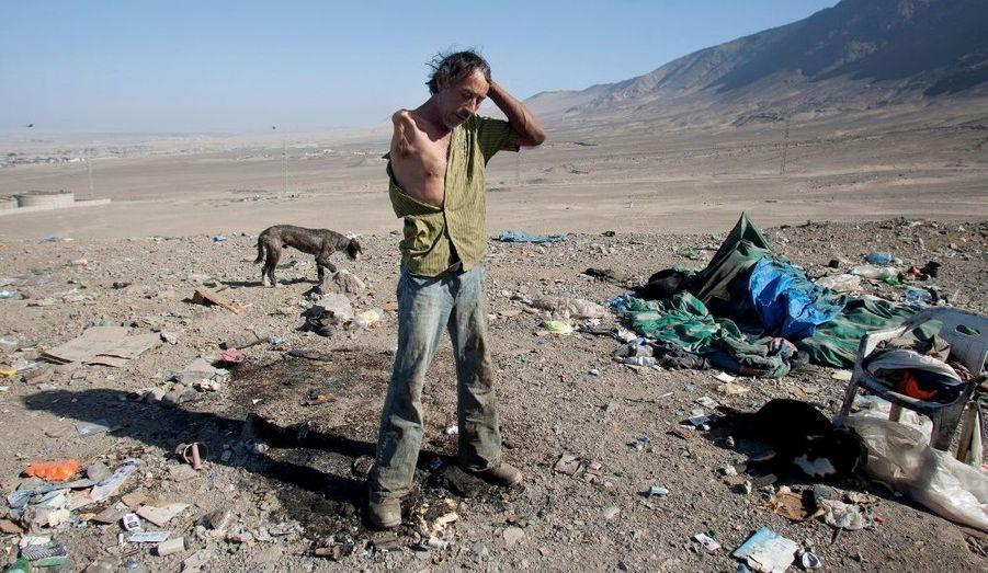 Un homme s'apprête à chercher des matières recyclables à La Chimba, une décharge de plus de 30 hectares à Antofagasta, au Chili. Environ 150 personnes vivant dans une extrême précarité travaillent sur le site, qui fermera prochainement pour permettre la construction d'une usine de recyclage, selon les médias locaux.