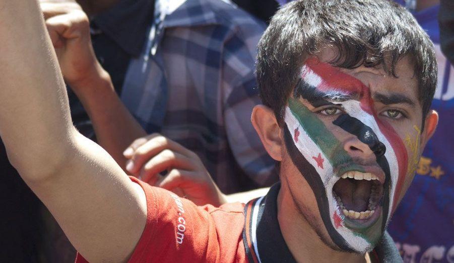 Un protestataire s'est peint les couleurs des drapeaux nationaux du Yémen et de la Syrie sur le visage. Il manifeste dans les rues de Saana contre l'immunité du président sortant Ali Abdullah Saleh.