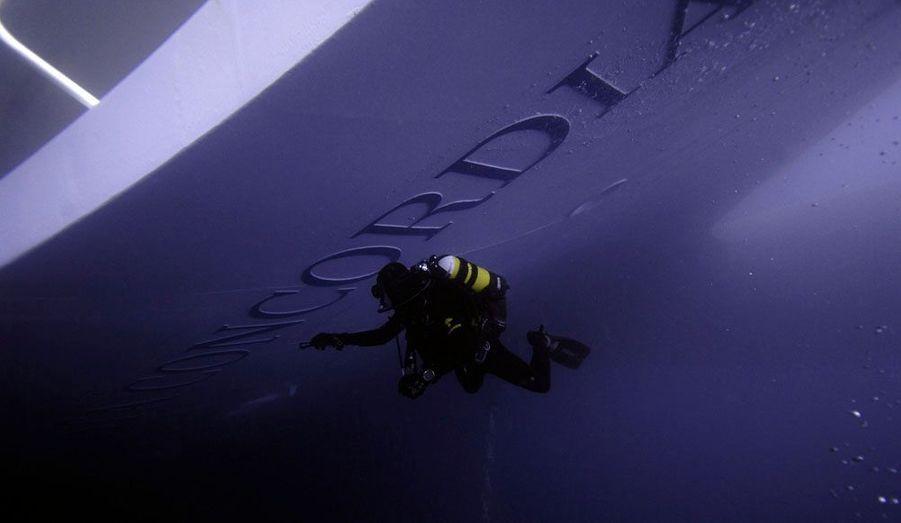Un plongeur inspecte la partie immergée du Costa Concordia.