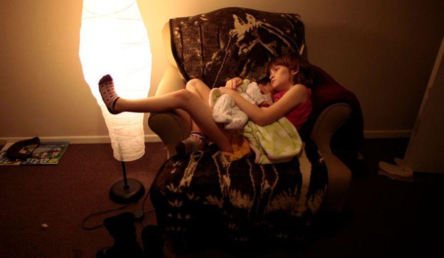 Confortablement installée dans un fauteuil, Lilly Earp tient dans ses bras sa petite sœur de 5 semaines. Une belle image si ce n'est que c'est deux petites filles vivent dans un foyer pour sans abri à Los Angeles. Selon une étude nationale, un enfant sur quarante-cinq vivrait dans la rue.