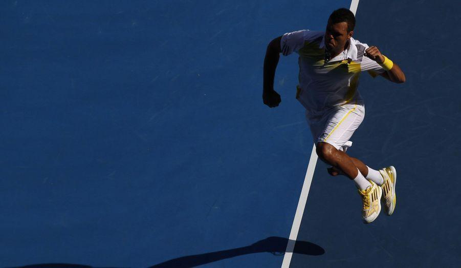Jo-Wilfried Tsonga s'est qualifié lundi pour les quarts de finale de l'Open d'Australie en battant son compatriote Richard Gasquet.