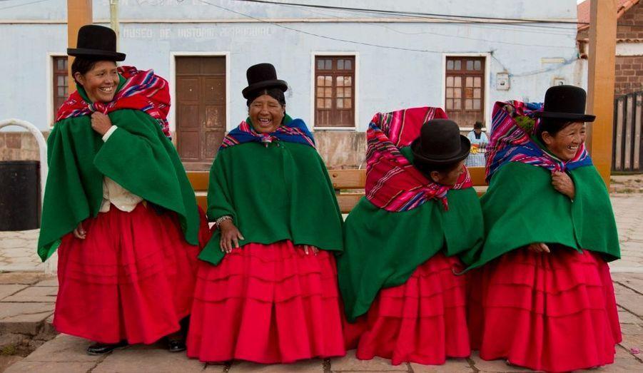 Des indiennes de Bolivie plaisantent sur un banc du centre de Tiwanaku, à 80 km de La Paz. Des milliers d'indiens de Bolivie se sont réunis dans cette ville, berceau de leur civilisation, pour fêter l'anniversaire de l'élection d'Evo Morales.