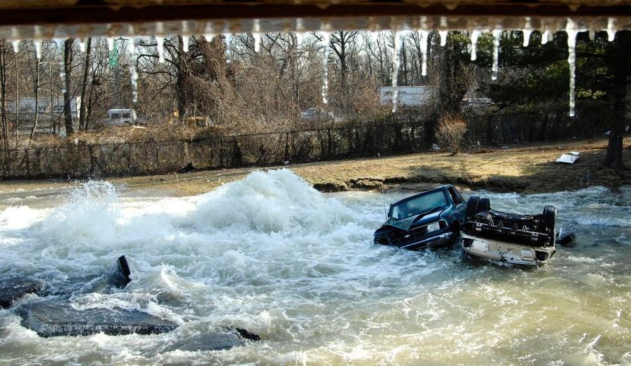 Une rupture de canalisation sur une route du Maryland (Washington) a entraîné de nombreux dégâts matériels. Des voitures stationnées ont été emportées par les flots, interrompant le trafic.