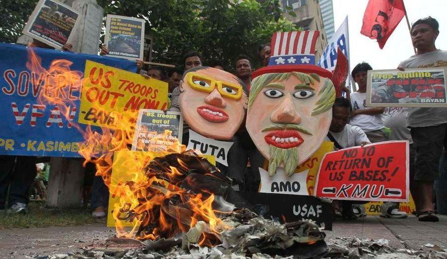 Des manifestants protestent à Manille, devant l'ambassade américaine. Les Etats-Unis négocient avec le gouvernement local pour installer davantage de troupes sur le sol des Philippines.