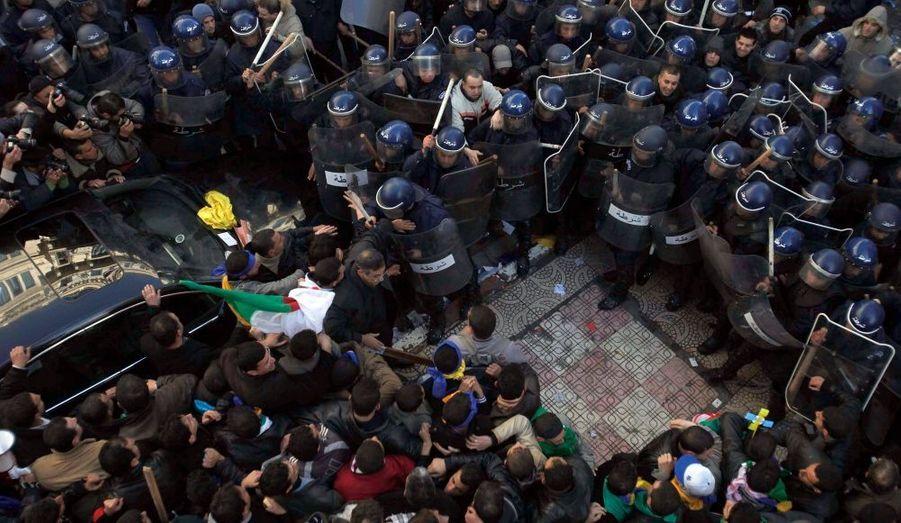 Après la révolution du Jasmin en Tunisie, c'est au tour de l'Algérie de s'embraser. Des policiers tentent de disperser une manifestation à Alger. Plusieurs blessés sont à déplorer selon les organisateurs et les médias officiels du pays.