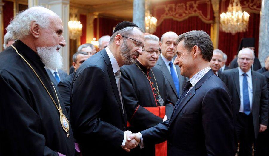 Le président de la République, Nicolas Sarkozy, serre la main du Grand rabbin de France, Gilles Bernheim, lors de ses voeux au monde religieux, mercredi.