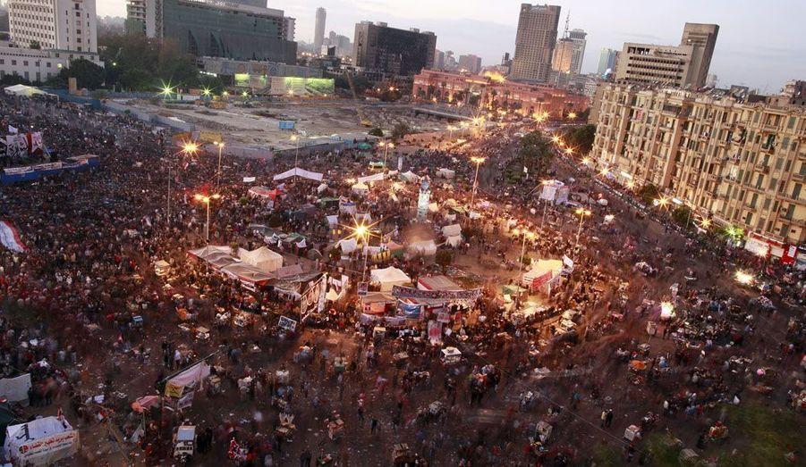 Les manifestants sont toujours très nombreux sur la place Tahrir du Caire. Ils réclament le départ des militaires au pouvoir depuis la chute de l'ancien Président Hosni Moubarak.