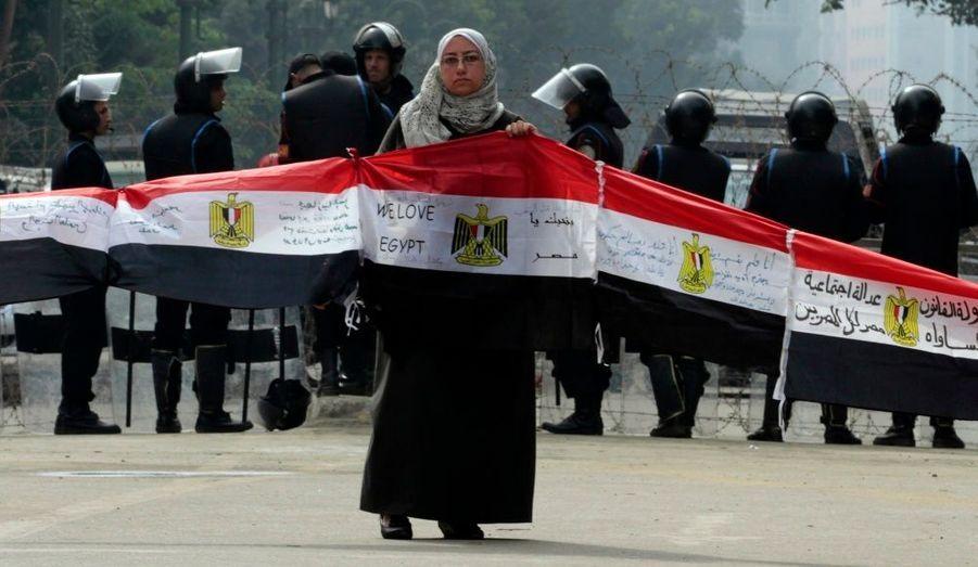 Une femme manifeste au Caire, pendant que se déroulait lundi la première session à l'Assemblée depuis la chute d'Hosni Moubarak. Le 25 janvier 2011, la première grande manifestation hostile au régime avait mobilisé le peuple égyptien.