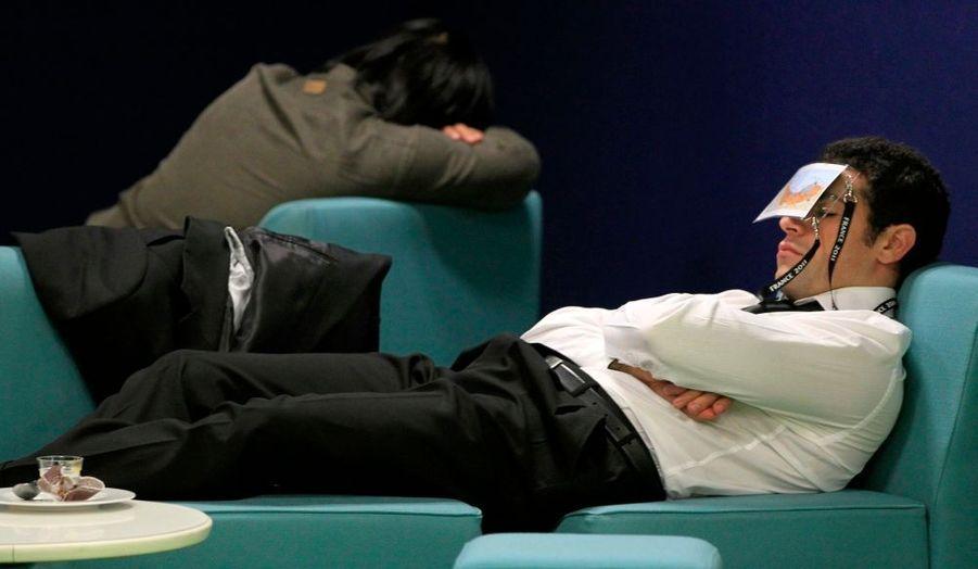 Des journalistes s'assoupissent en salle de presse lors du G20 à Cannes.