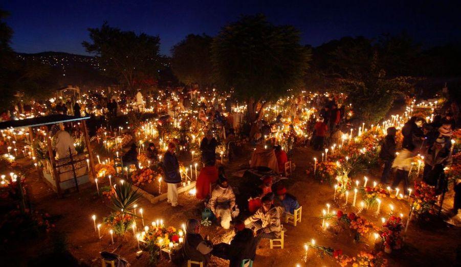 Les Mexicains célèbrent leur Jour des morts à leur façon. Dans ce cimetière d'Oaxaca, les tombes sont décorées et illuminées et des mets ont été préparés en l'honneur des disparus.