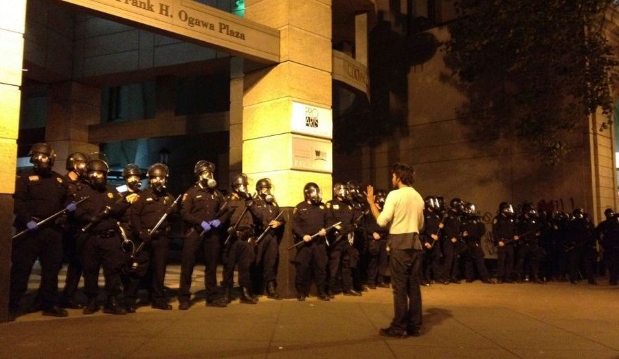 """L'affrontement entre les """"indignés"""" d'Occupy Oakland et la police continue dans la ville californienne."""