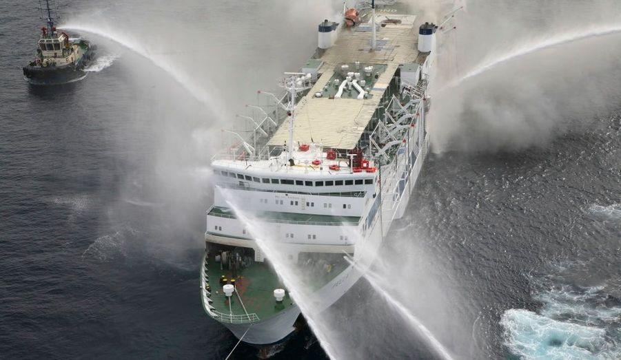 Le ferry Pella, dans le port Aqaba sur la mer Rouge, en Jordanie, est toujours en feu. Les quelque 1200 personnes à bord ont pu s'échapper sans problème.