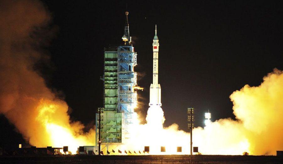La fusée chinoise Longue Marche CZ-2F décolle du centre de lancement de Jiuquan. Elle transporte l'engin spatial non-habité Shenzhou-8, qui doit participer à un exercice d'amarrage. C'est une première étape vers la construction d'une station spatiale permanente, à l'image de l'ISS ou de la station Mir, autrefois.