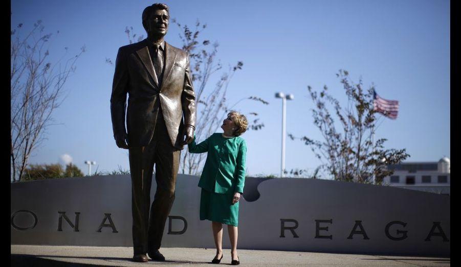 Elizabeth Dole tient la main de la statue de Ronald Reagan, dont elle a été la Secrétaire aux Transports. L'aéroport Ronald Reagan de Washington a inauguré une statue du 40e président américain, dont on fête cette année le centième anniversaire de la naissance.