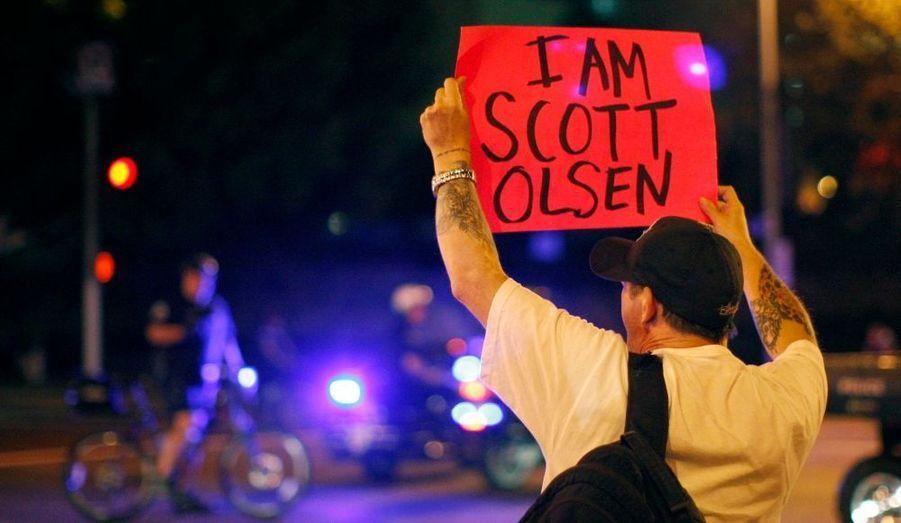"""Un millier de manifestants sont descendus mercredi dans les rues d'Oakland, dans le nord de la Californie, appelant à la grève générale contre les inégalités économiques et les violences policières. Les """"indignés"""" brandissaient des pancartes de soutien à Scott Olsen, jeune homme victime des brutalités."""