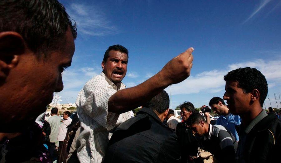 Bousculades et cris, lors d'une distribution de nourriture à Syrte en Libye.