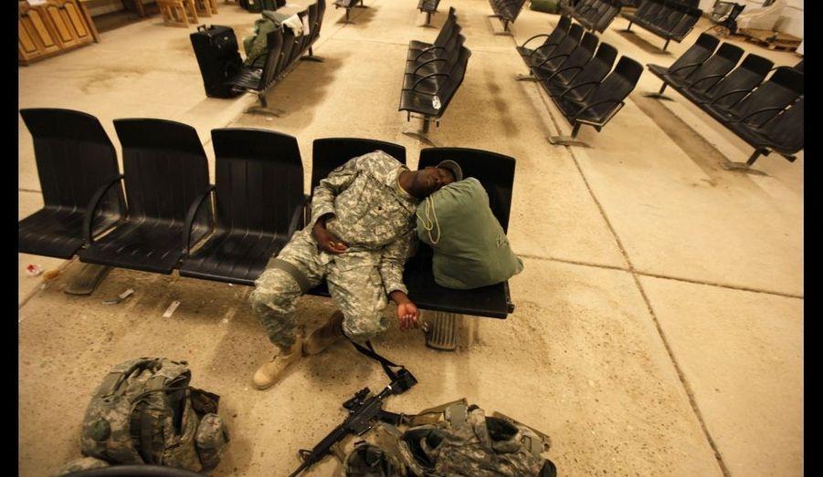 Un soldat de l'U.S. Air Force dort dans le hall de la base aérienne al-Asad, dans la province d'Anbar, dans l'ouest de l'Irak, en attendant son rapatriement. Selon la déclaration de Barack Obama, le 21 octobre dernier, toutes les troupes américaines devraient avoir quitté le pays avant la fin de l'année.
