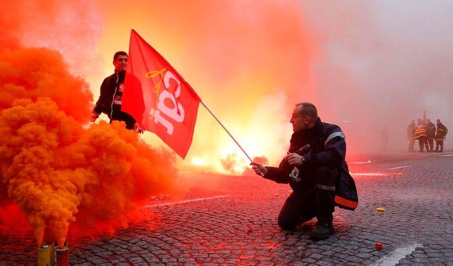 Près de 10 000 pompiers -selon les syndicats- ont manifesté jeudi à Pariscontre un projet de réforme de la profession, qui supprime notamment le concours d'entrée à la fonction.
