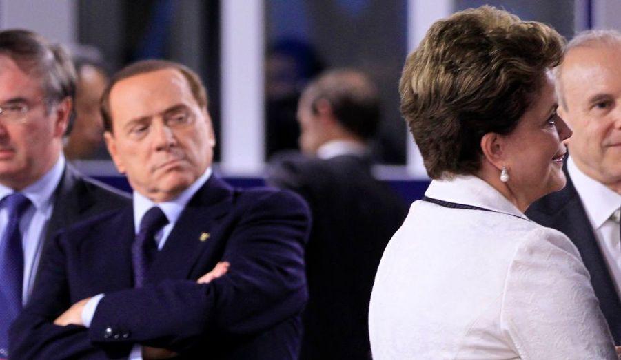 Silvio Berlusconi observe la présidente brésilienne Dilma Rousseff lors du sommet du G20, à Cannes.