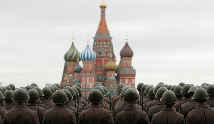 Répétition des troupes russes à Moscou avant le défilé de lundi, qui viendra fêter le 70e anniversaire de la marche des soldats de l'Armée rouge sur la Place rouge, partant en direction de la guerre avec l'Allemagne en 1941.
