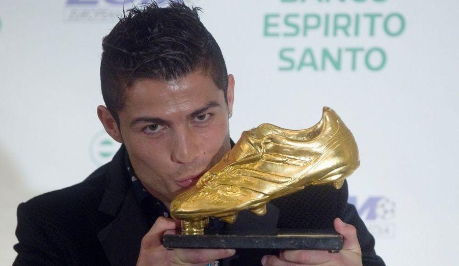 Cristiano Ronaldo a reçu jeudi soir à Madrid le trophée du meilleur buteur européen de l'année, le célèbre soulier d'or.