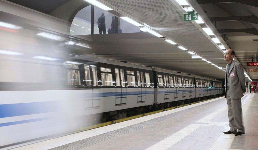 Le tout nouveau métro d'Alger a été inauguré par le président Abdelaziz Bouteflika. Doté de dix stations, il parcourt la capitale de l'Algérie sur 6,5 km.