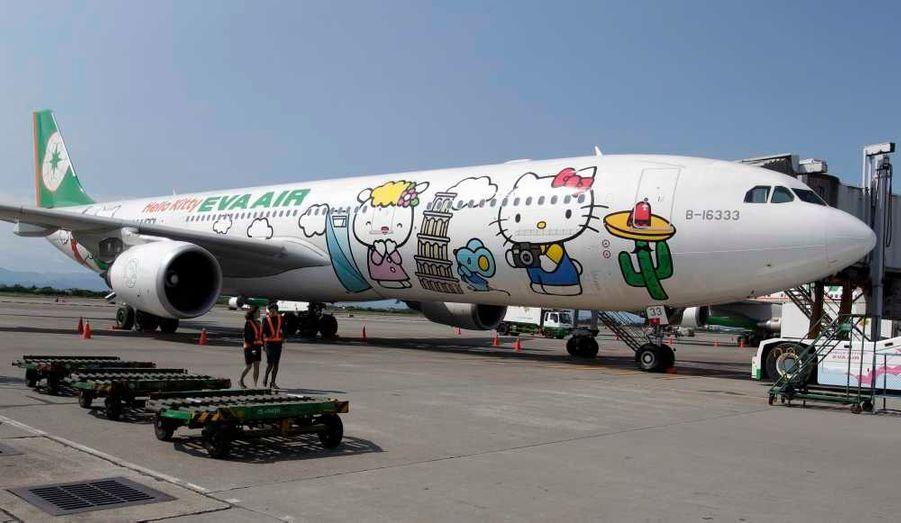 """Un Airbus A330-300 de la compagnie aérienne taïwanaise Eva Airlines à l'effigie de """"Hello kitty""""."""