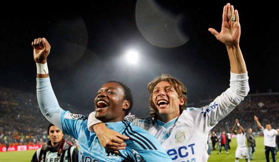 C'est officiel! Après la défaite d'Auxerre à Lyon (2-1), l'Olympique de Marseille a rempli son contrat en battant Rennes (3-1) pour s'assurer du titre de champion de France au terme de la 36e journée de Ligue 1. Heinze a ouvert le score sur coup franc dès la 5e minute, avant l'égalisation de Briand (38e). Ce sont finalement Niang (75e) et Lucho (77e) qui ont offert ce neuvième titre à l'OM!