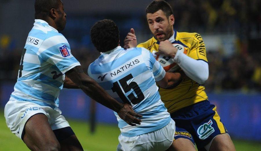 Le premier match de barrage du Top 14 a souri vendredi, au Stade Marcel-Michelin, à l'ASM Clermont-Auvergne qualifiée pour les demi-finales face à Toulon, le 15 mai prochain, à St-Etienne, grâce à sa victoire (21-17) sur le Racing-Métro 92. Menés jusqu'à la 71e minute de jeu par des Franciliens, auteurs du seul et unique essai de la rencontre en fin de première période, les Auvergnats s'en sont remis à leur demi de mêlée international, Morgan Parra, auteur d'un 100 % au pied (15 points) après le repos face à un adversaire réduit à quatorze suite à un carton jaune fatal aux hommes de Berbizier.