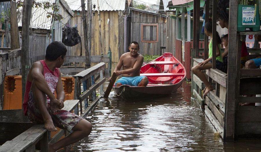 Un homme traverse un canal dans le quartier de Glorias, à Manaus au nord du Brésil. Il a été formé par les eaux de crue du Rio Negro, l'une des deux branches de l'Amazone. La ville de Manaus a déclaré l'état d'urgence après ces inondations qui pourraient affecter près de 3 600 familles si le niveau de l'eau ne diminue pas.