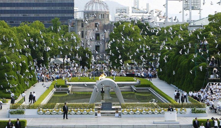 Des colombes survolent le parc de la paix lors de la cérémonie annuelle à Hiroshima pour marquer le 65e anniversaire du bombardement atomique sur la ville. Hiroshima a été réduite en cendres a été réduite par une bombe nucléaire des États-Unis en 1945.