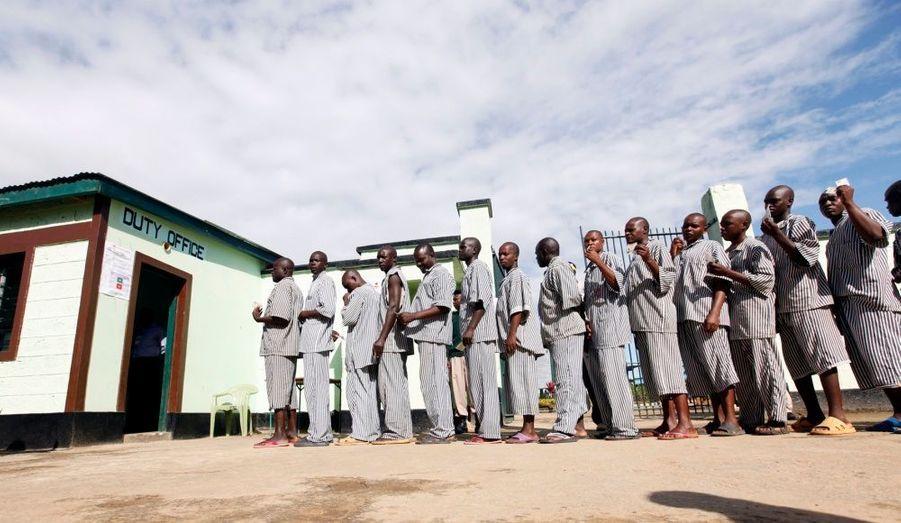Un référendum historique s'est déroulé hier au Kenya. Les résultats ont été dévoilés ce matin: 67% des votants approuvent la rédaction d'une nouvelle Constitution. Ici, ce sont des prisonniers qui s'apprêtent à voter.