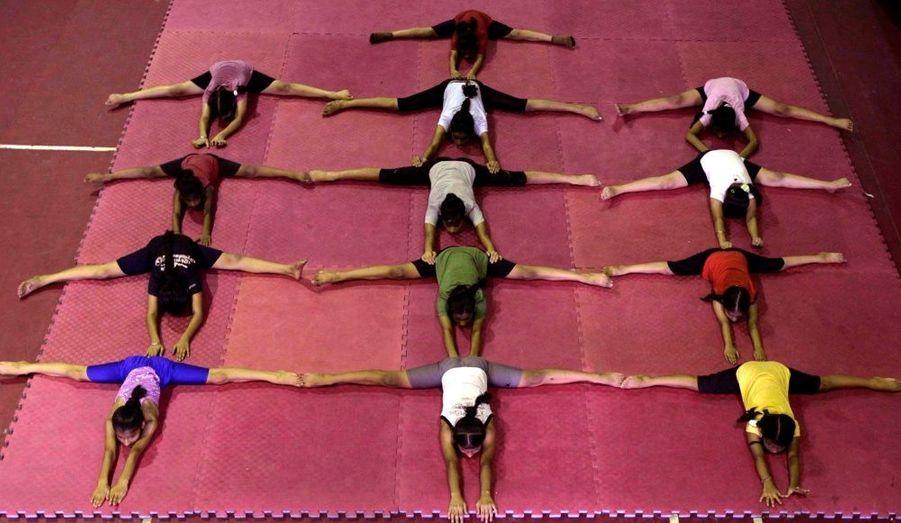 Ces élèves hindous font de la gymnastique lors d'une session d'entraînement au stade de Jammu. Des centaines d'enfants pratiquent ce sport, supervisés par des entraîneurs locaux.